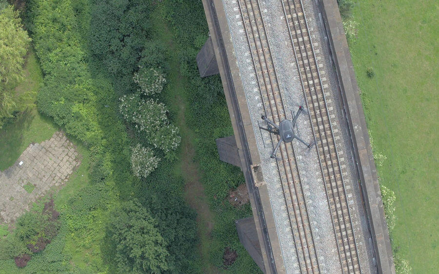 Uav Vogel Flying Above Rails 2
