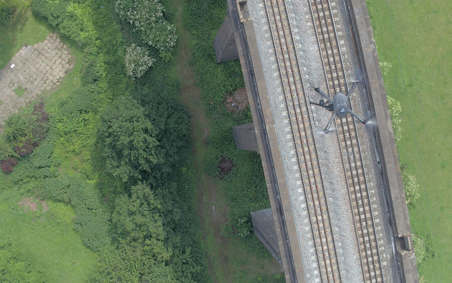 Uav Vogel Flying Above Rails 3
